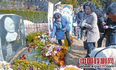 石门山顶名人艺术公园开启关郑明纪念碑