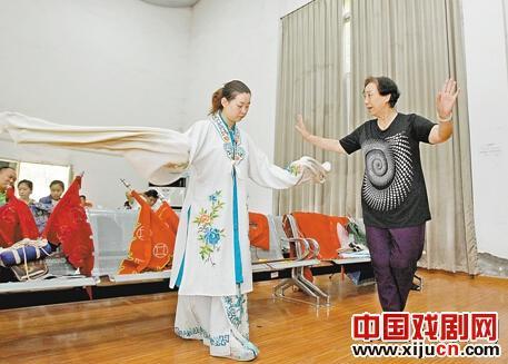 著名京剧演员马厉安良的女儿马小曼去重庆京剧团指导她的徒弟王柏文表演《指挥穆桂英》