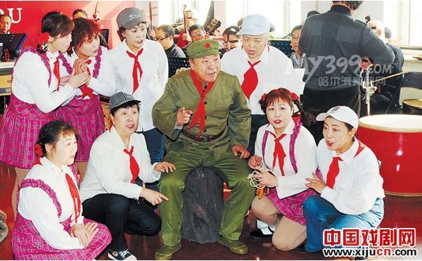抚顺社区艺术中心的老人排练歌谣《雷锋的童年》