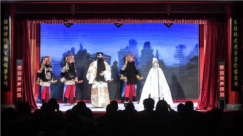 京剧三大流派梅、唐、秋的后代在同一舞台上表演。