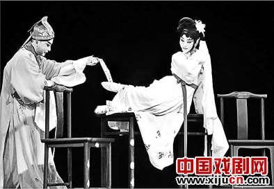 新创作的京剧《Xi角》在王梦婷的小剧院上演,展现了年轻学生张坤复杂而困难的技巧和与歌剧之间挥之不去的关系。