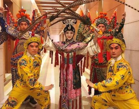 """新京剧的创始人楚蓝蓝带来了""""蓝欣剧团"""",为国内外的贵宾表演。"""