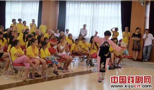 来自34个寄养家庭的95名露营者体验了京剧的魅力。