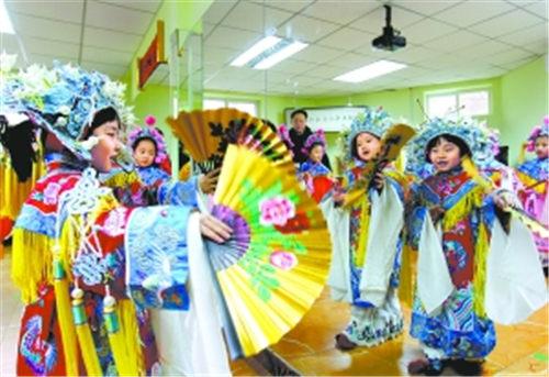 丰台群英幼儿园娃娃京剧艺术团的小成员表演了经典剧目《醉妃》