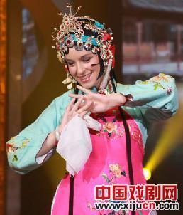 """""""中国桥""""参赛者必须在两天内学会京剧表演。"""