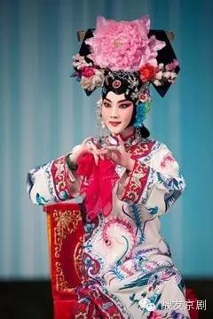 梅派的青衣演员丁晓君将带领战友合奏京剧《四郎探母》、《玉簪》和《谢瑶环》在长安大剧院演出。